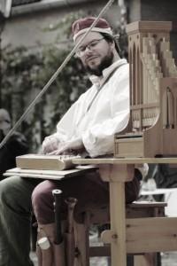 Wouter Kuyper speelt o.a. hommel en portatief